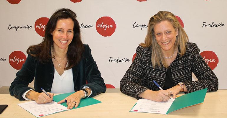 Ana Muñoz de Dios, Directora General de la Fundación Integra, y Lourdes Rivera, Directora General de Amavir, durante la firma de este convenio.