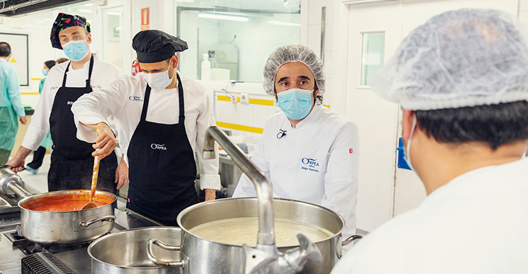 El chef Diego Guerrero muestra su apoyo a los cocineros de las residencias Orpea