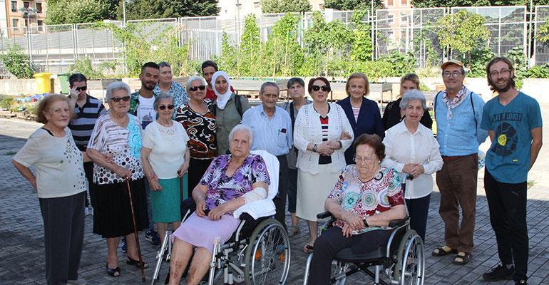 Personas mayores de Bilbao visitan el huerto urbano de San Francisco