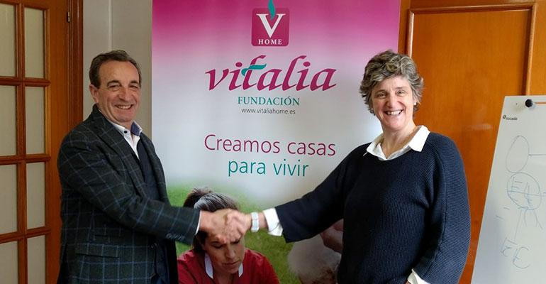 Chema Cosculluela, CEO de Vitalia Plus, y Ana Urrutia, presidenta de la Fundación Cuidados Dignos, durante la firma del convenio