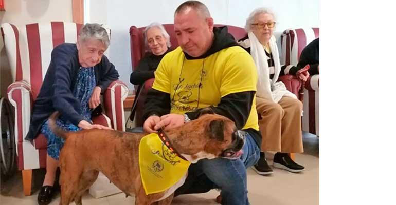 Los mayores de DomusVi Ciudad de Badajoz participan en la iniciativa ´Un ladrido por una sonrisa´